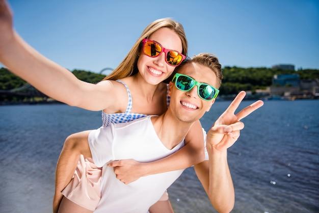 Leuk stel samen op het strand