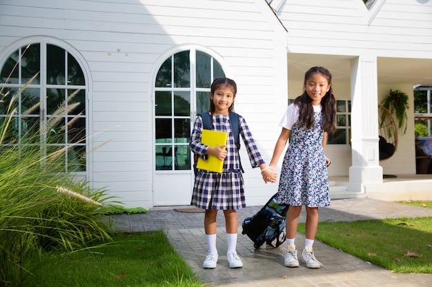 Leuk studentenmeisje gelukkig om naar school te gaan, terug naar schoolconcept