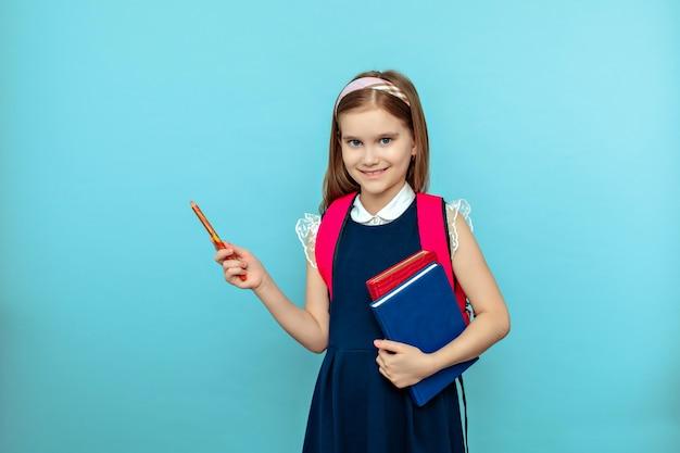 Leuk tienermeisje dat met tablet geïsoleerd potlood richt