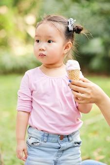 Leuk vietnamees meisje met ijs
