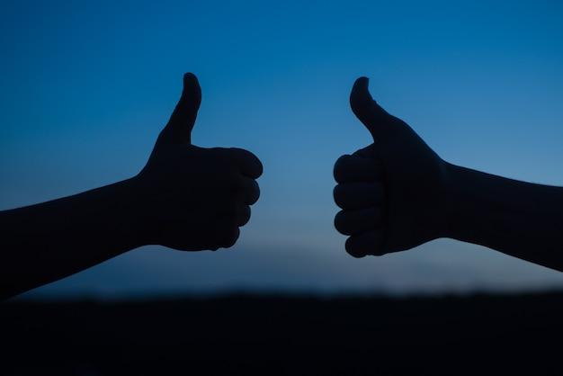 Leuk vinden. duimen omhoog. mee eens. gebaar. man toont duimen omhoog. duim omhoog silhouet. duim omhoog teken.