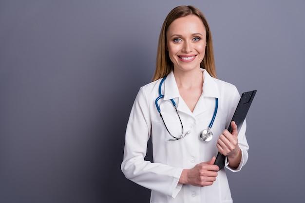 Leuk vrolijk meisje doc bekwaam gekwalificeerd specialist klembord vasthouden