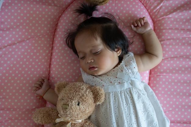 Leuk weinig aziatische slaap van het babymeisje