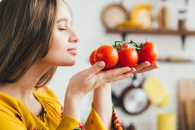 Leuk zwanger meisje dat groentesalade in de keuken voorbereidt
