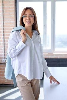 Leuke aantrekkelijke mooie gelukkige zakenvrouw in goed humeur op sollicitatiegesprek op kantoor workshop