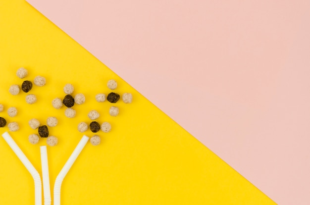 Leuke abstracte bloemen gemaakt met granen en rietjes