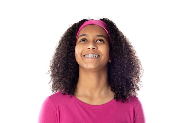 Leuke afrikaanse tiener die een roze hoofdband draagt die op een witte achtergrond wordt geïsoleerd