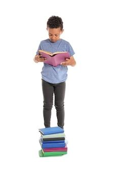 Leuke afro-amerikaanse jongen het lezen van boeken op wit