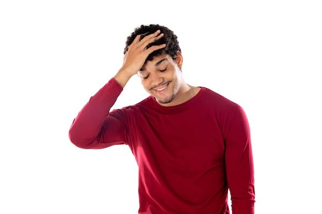 Leuke afro-amerikaanse man met afro kapsel, gekleed in een bordeaux t-shirt geïsoleerd