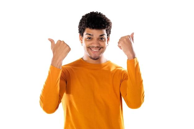 Leuke afro-amerikaanse man met afro kapsel, gekleed in een oranje t-shirt geïsoleerd