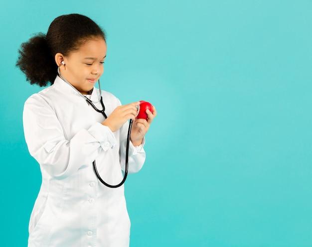 Leuke arts die de ruimte van het stethoscoopexemplaar gebruiken