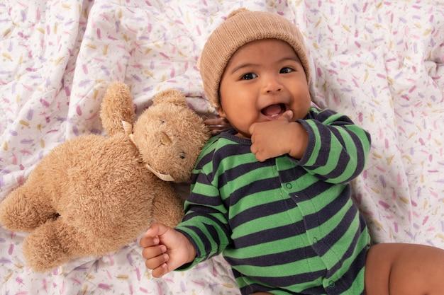 Leuke aziatische baby zuigt een vinger