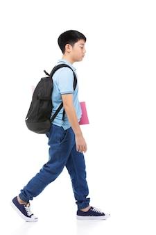 Leuke aziatische donkere kleine jongen met schoolrugzak