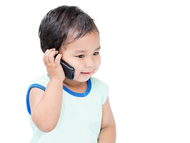 Leuke aziatische jongen die op cellulaire telefoon spreekt