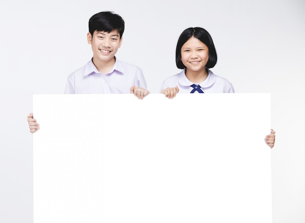 Leuke aziatische kinderen in uniform van de student met white-board.