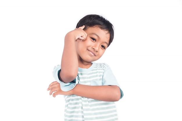 Leuke aziatische kleine jongensglimlach en het denken