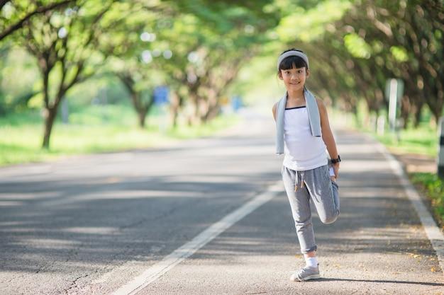 Leuke aziatische meisjesoefening
