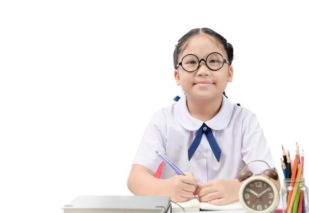 Leuke aziatische student die thuiswerk doet