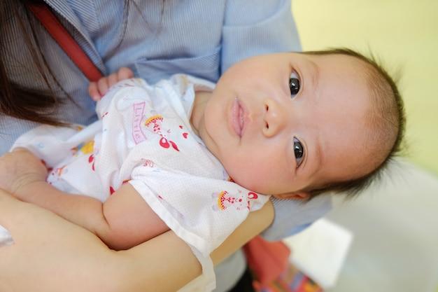 Leuke baby 2 maanden, close-upportret