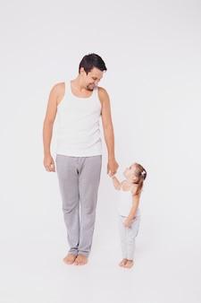 Leuke baby die leert te lopen en zijn eerste stappen te maken. moeder houdt zijn hand vast. de voeten van het kind sluiten omhoog, kopiëren ruimte