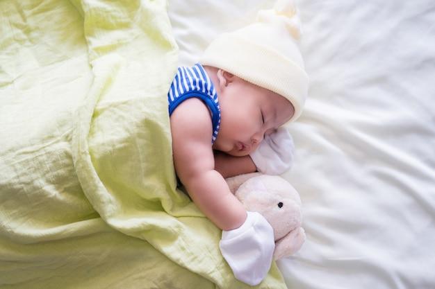 Leuke baby die op bed legt. pasgeboren slapen. twee maanden. zuigeling