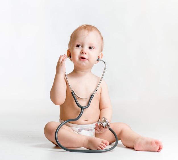 Leuke baby met stethoscoop in handen