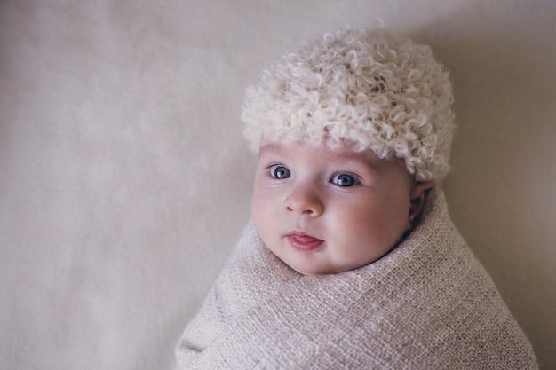 Leuke babyjongen van 3 maanden op grijs