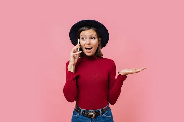 Leuke blanke vrouw praten via de mobiele telefoon