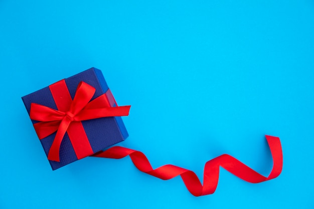 Leuke blauwe en rode gift met lint