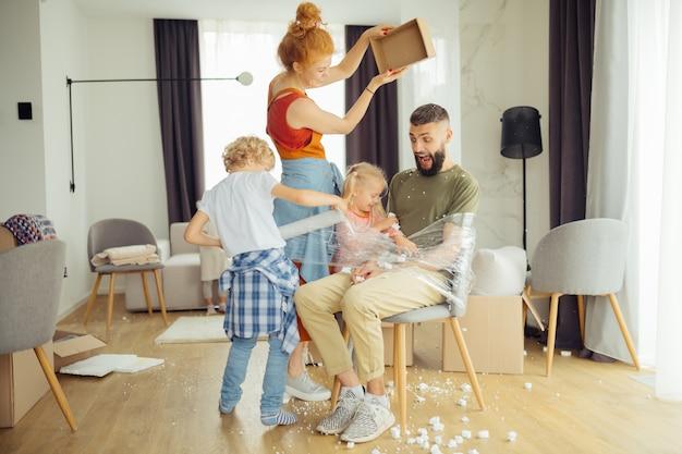 Leuke blije kinderen die hun vader vastbinden