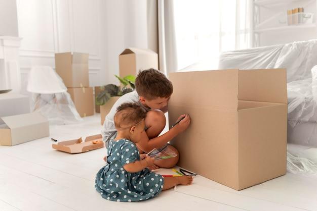 Leuke broer of zus die samen speelt voordat ze met hun ouders gaan verhuizen