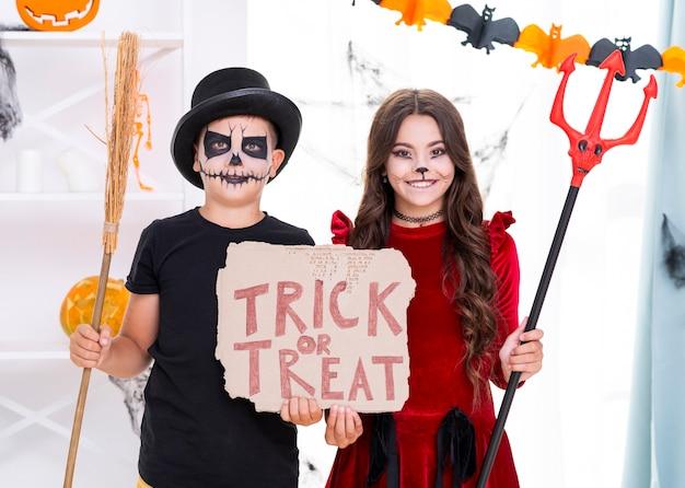 Leuke broers die trick or treatteken houden voor halloween