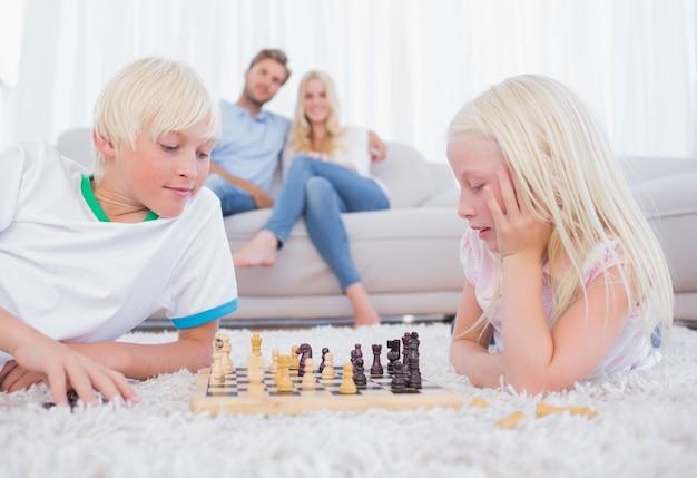 Leuke broers en zussen die schaak spelen