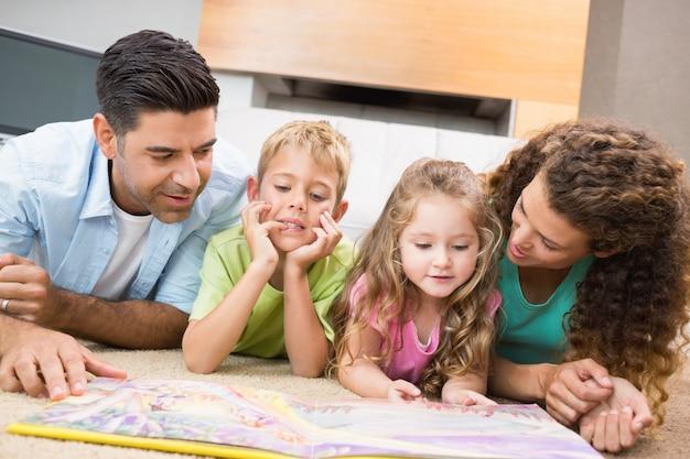 Leuke broers en zussen liggen op het tapijt met verhalen over hun verhalen met hun ouders