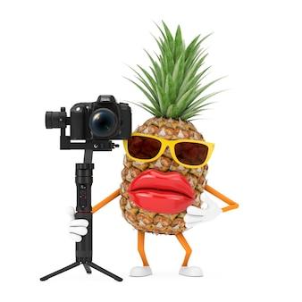 Leuke cartoon fashion hipster gesneden ananas persoon karakter mascotte met dslr of videocamera gimbal stabilisatie statief systeem op een witte achtergrond. 3d-rendering