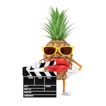Leuke cartoon fashion hipster gesneden ananas persoon karakter mascotte met film klepel bord op een witte achtergrond. 3d-rendering