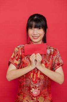 Leuke chinese vrouw met rode envelop