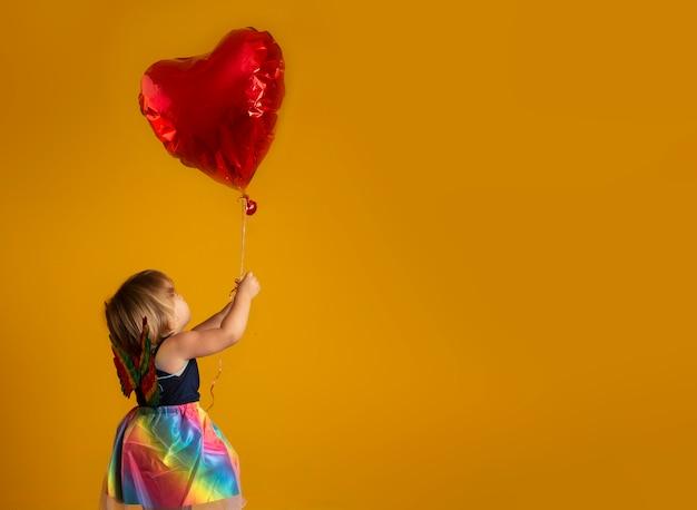 Leuke cupido met rode hartvorm ballon. fijne valentijnsdag. kinderdag. carnaval. matinee.