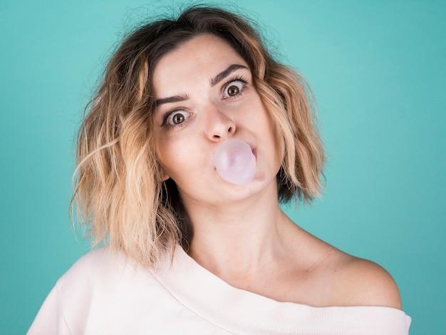 Leuke dame blazende kauwgom