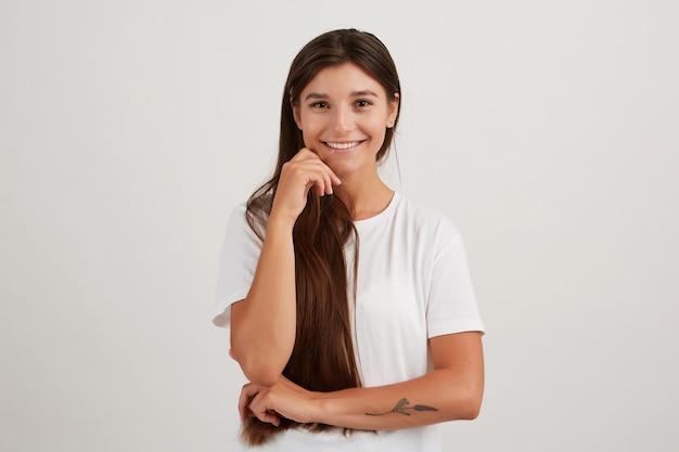 Leuke dame, mooie vrouw met donker lang haar, gekleed in een wit t-shirt