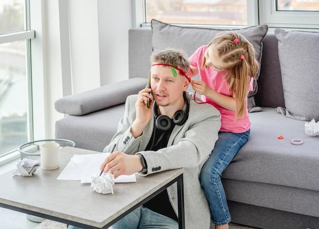 Leuke dochter die teleworker-vader verfraait