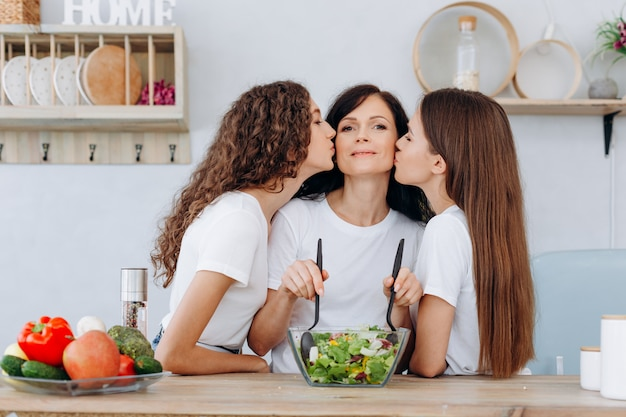 Leuke dochters die hun geliefde moeder kussen
