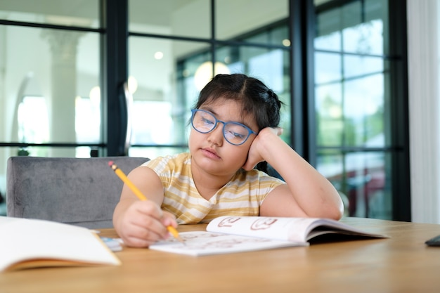 Leuke en gelukkige kleine meisjeskinderen die laptopcomputer gebruiken, die via online e-learningsysteem studeren.