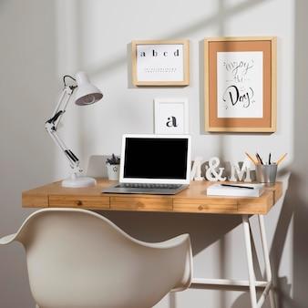 Leuke en georganiseerde werkruimte met lamp