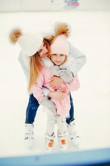 Leuke en mooie familie in een winterstad