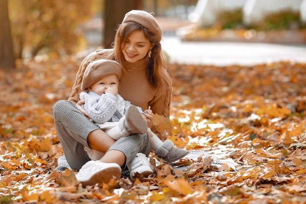 Leuke en stijlvolle familie in een herfst park
