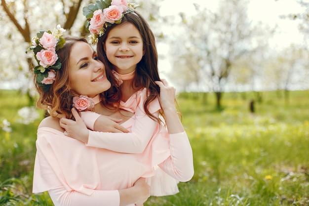 Leuke en stijlvolle familie in een voorjaarspark