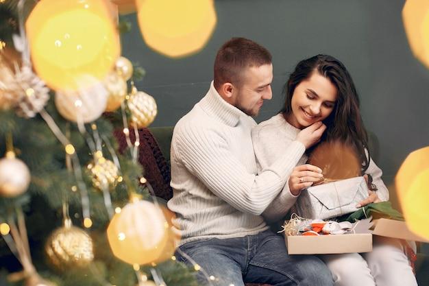 Leuke familie om thuis te zitten in de buurt van de kerstboom