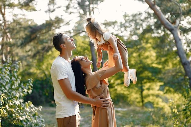 Leuke familie spelen in een herfst veld