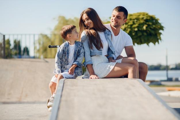 Leuke familie spelen in een zomer park
